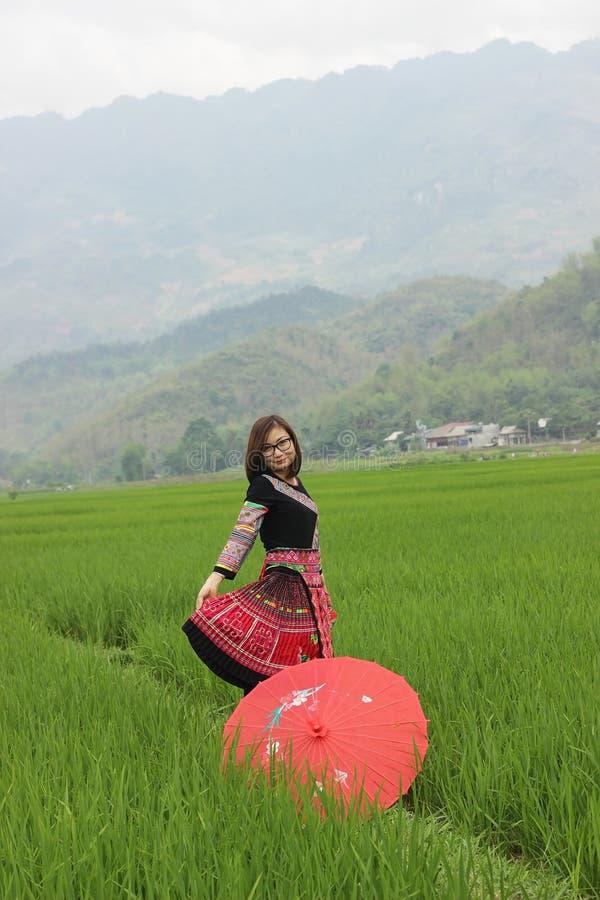 Het mooie meisje is zeer gelukkig? wanneer zij zich bevindt en in de berg ontspant stock afbeelding