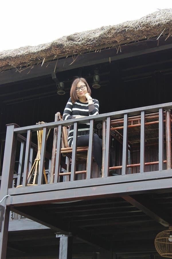Het mooie meisje is zeer gelukkig? wanneer zij zich bevindt en in upstair van koffiewinkel ontspant royalty-vrije stock afbeelding