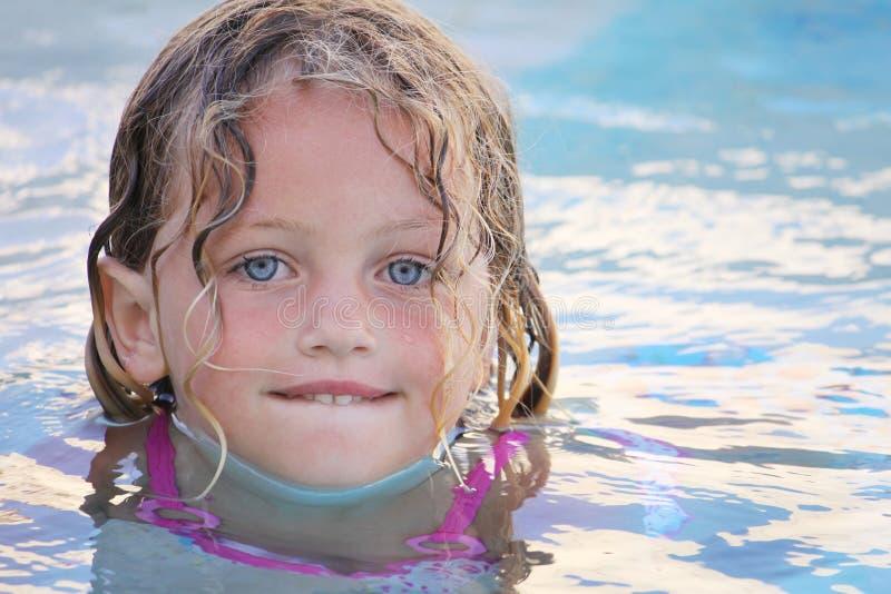 Het mooie meisje zwemmen royalty-vrije stock foto