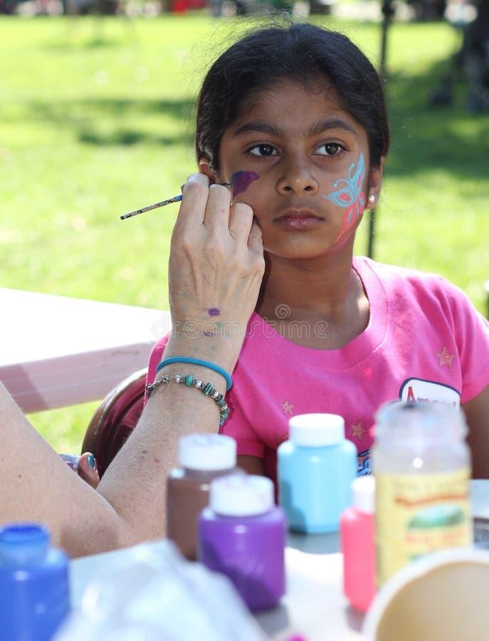 Het mooie meisjesgezicht schilderen royalty-vrije stock afbeelding