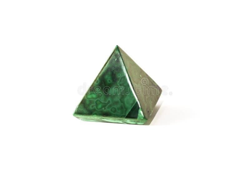 Het mooie mineraal van de malachietpiramide op witte achtergrond royalty-vrije stock fotografie