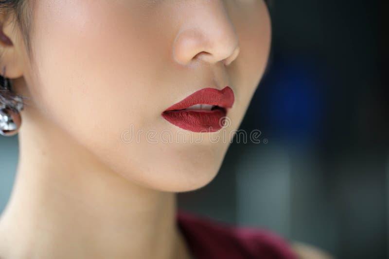 Het mooie modelmeisje met lippenstift, Rode vrouwenlippen sluit omhoog, galant royalty-vrije stock foto's