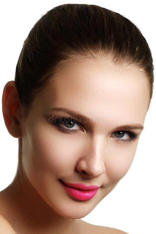 Het mooie modelvrouwengezicht met blauwe ogen en perfecte samenstelling is stock afbeelding