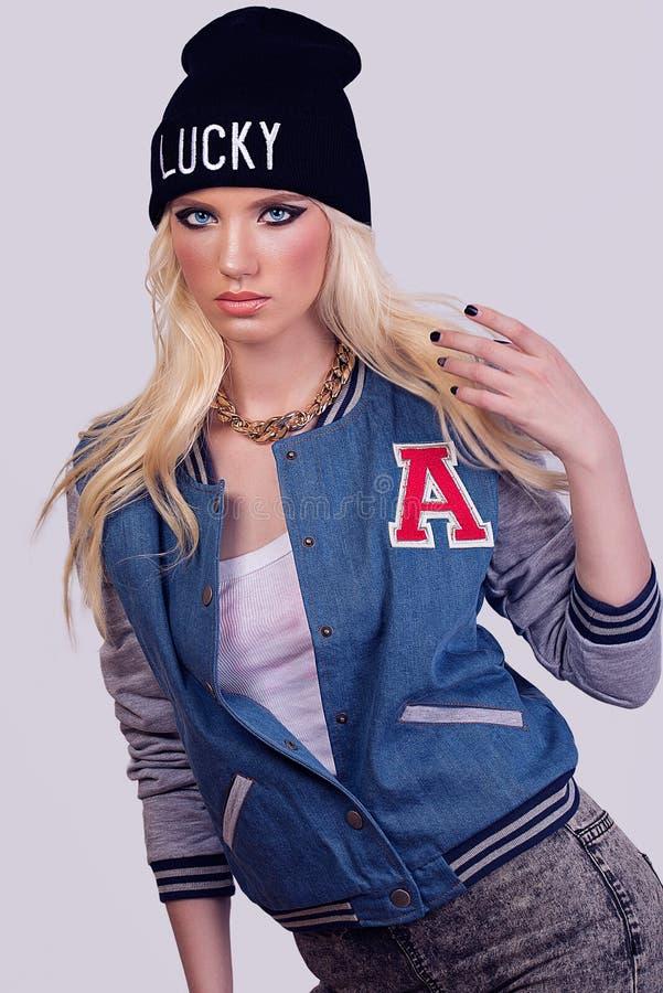Het mooie modieuze blonde model stellen stock foto