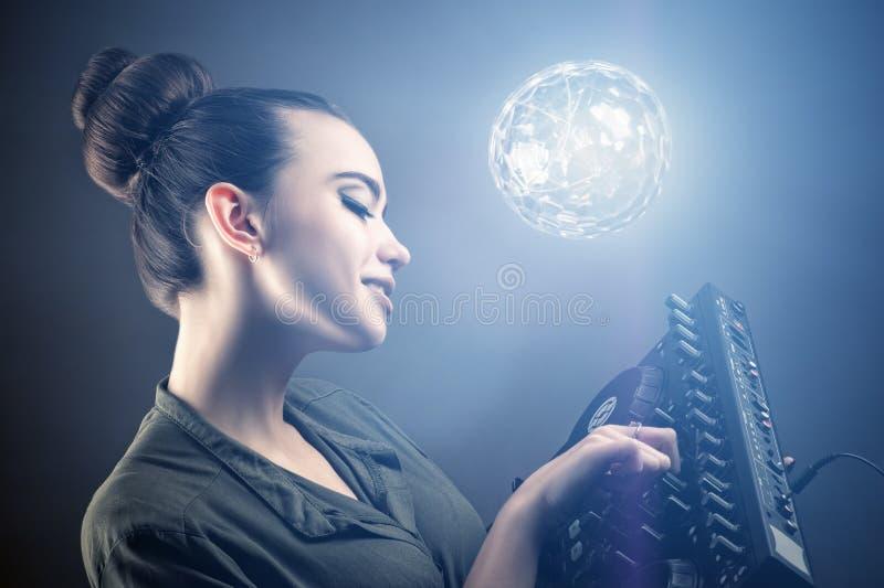 Het mooie modieuze meisje van DJ met afstandsbediening royalty-vrije stock afbeelding