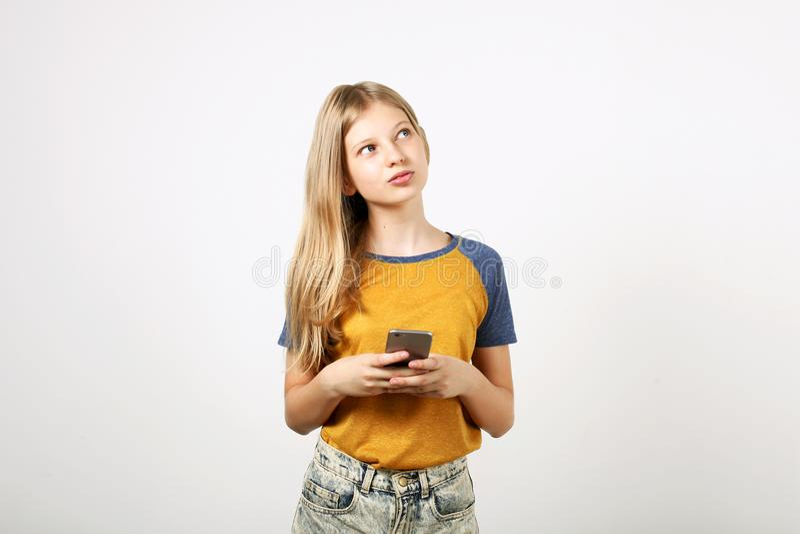 Het mooie natuurlijke blonde jonge vrouw stellen, het tonen van emotionele gelaatsuitdrukkingen en het maken van grappige gezicht royalty-vrije stock afbeeldingen