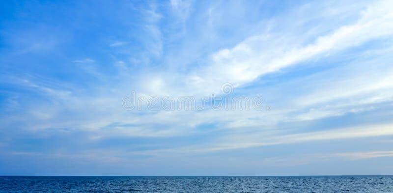 Het mooie oceaanlandschap van de zeegezichthemel van aard royalty-vrije stock afbeeldingen