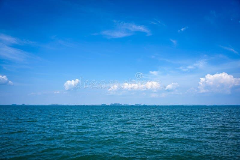 Het mooie oceaanlandschap van de zeegezichthemel van aard stock foto