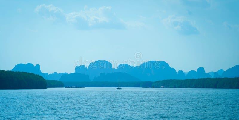 Het mooie oceaanlandschap van de zeegezichthemel van aard op de zomervakantie stock foto's
