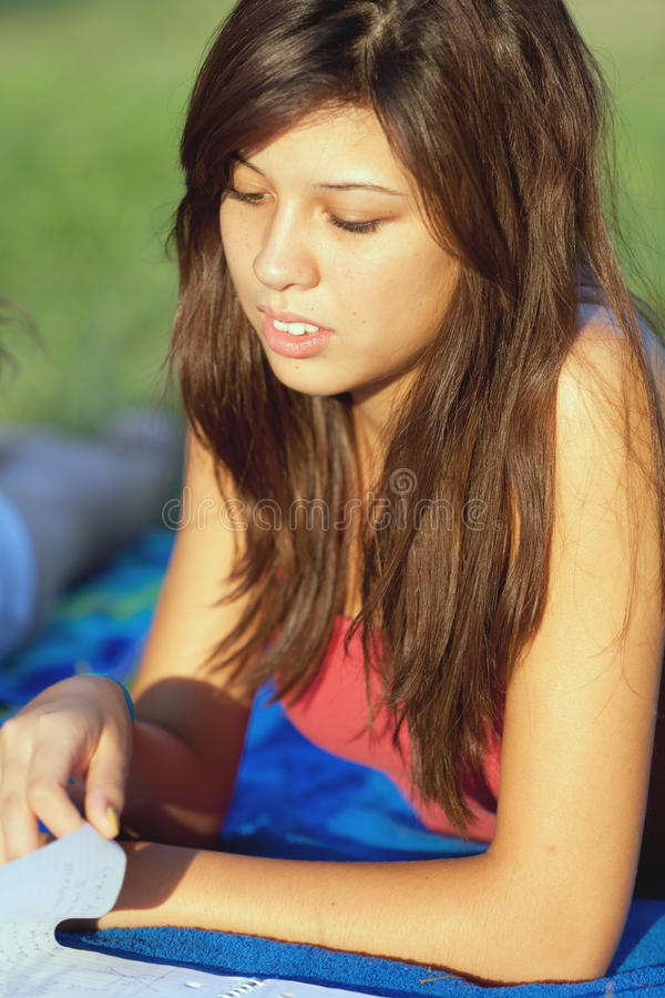 Het mooie Openlucht Bestuderen van de Tiener van de Universiteit stock fotografie