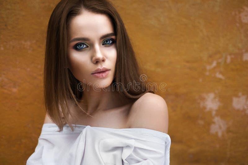 Het mooie openluchtportret van het meisjesgezicht stock afbeeldingen