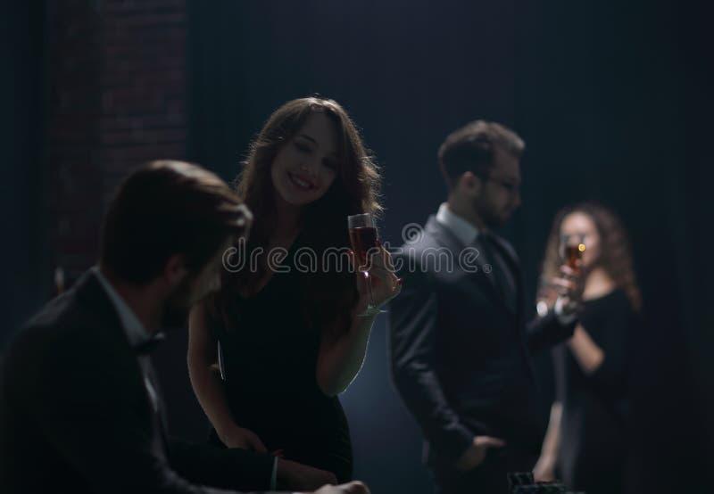Het mooie paar brengt een avond in het casino door royalty-vrije stock afbeeldingen