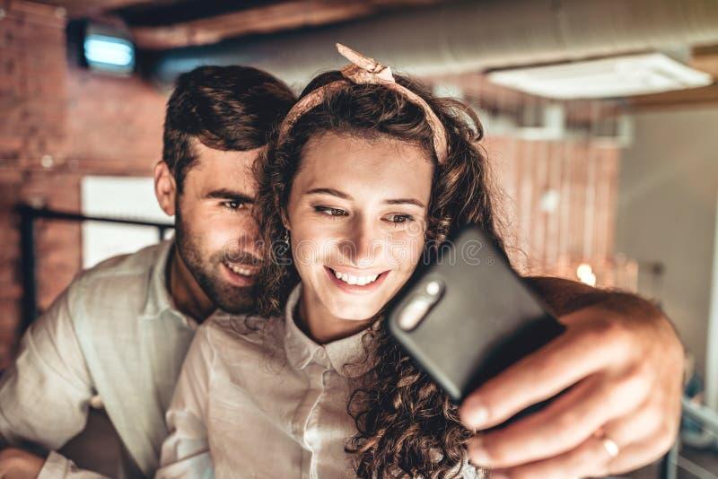 Het mooie paar brengt tijd in koffie door royalty-vrije stock foto