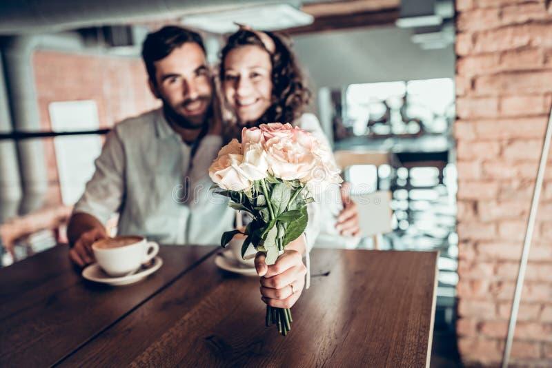 Het mooie paar brengt tijd in koffie door stock foto's