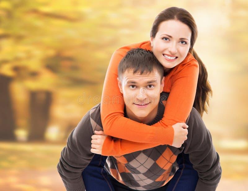 Het mooie paar genieten die samen in het de herfstpark zijn royalty-vrije stock afbeelding