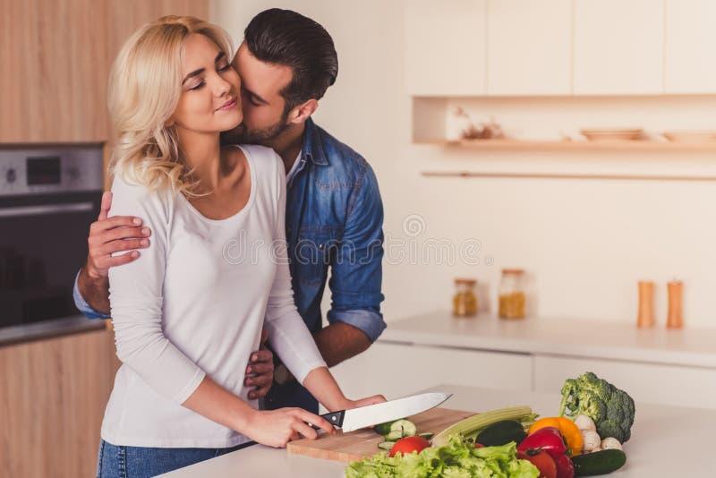 Het mooie paar koken stock afbeeldingen