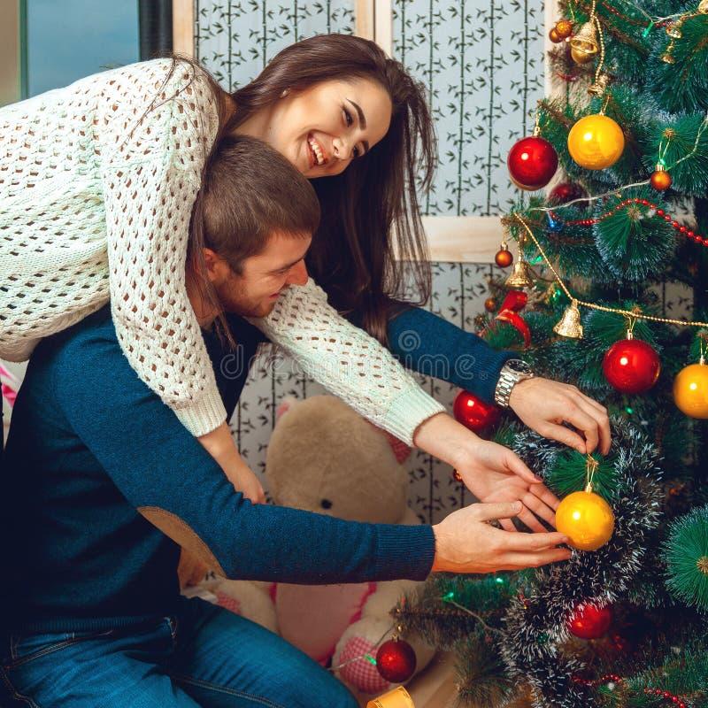 Het mooie paar verfraait Kerstboom royalty-vrije stock afbeelding