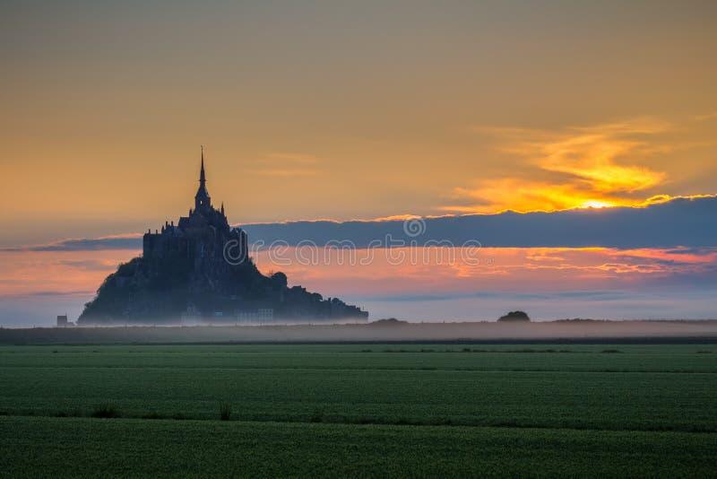 Het mooie panorama van beroemd Le Mont Saint-Michel getijde is royalty-vrije stock foto