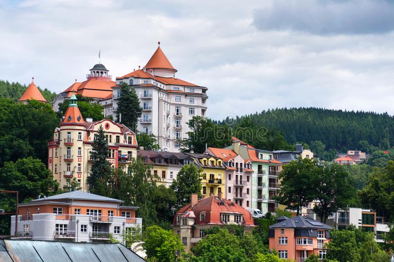 Het mooie panorama van kuuroordstad Karlovy varieert, Tsjechische Republiek stock fotografie