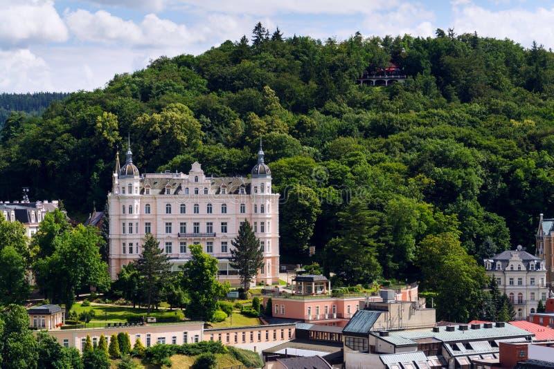 Het mooie panorama van kuuroordstad Karlovy varieert, Tsjechische Republiek royalty-vrije stock afbeelding