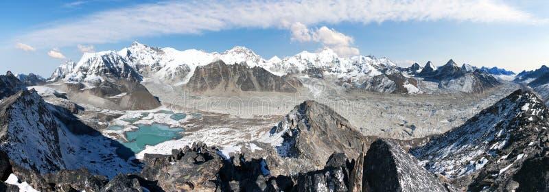 Het mooie panorama van Onderstel Cho Oyu en Cho Oyu-de basis kamperen, bergmeren, Everest, Lhotse, Gyachung Kang, Ngozumba en stock foto's