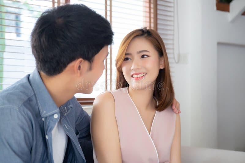 Het mooie portret jonge Aziatische paar ontspant en stelde samen in woonkamer tevreden thuis, zekere de laag van de familiezittin stock foto's
