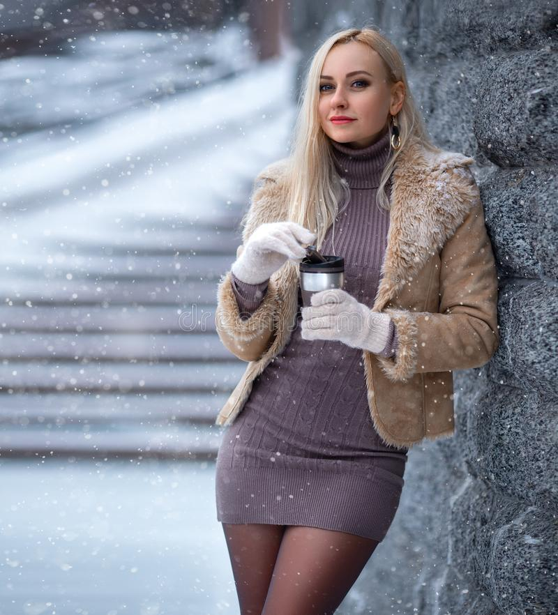Het mooie portret van het blondemeisje onder de sneeuw royalty-vrije stock afbeeldingen