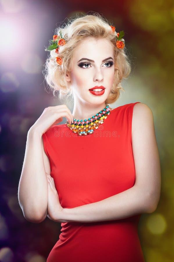Het mooie portret van de blonde vrouwelijke kunst met rozen stock fotografie