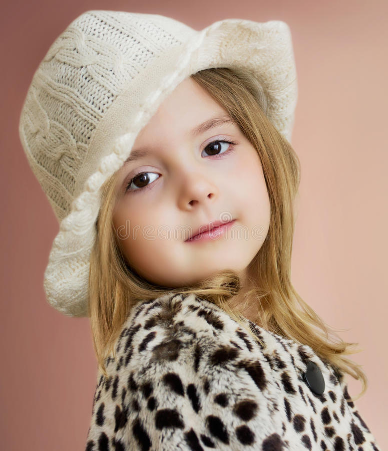 Het mooie portret van het kindmeisje Het jonge Model stellen Dicht manierjong geitje royalty-vrije stock foto