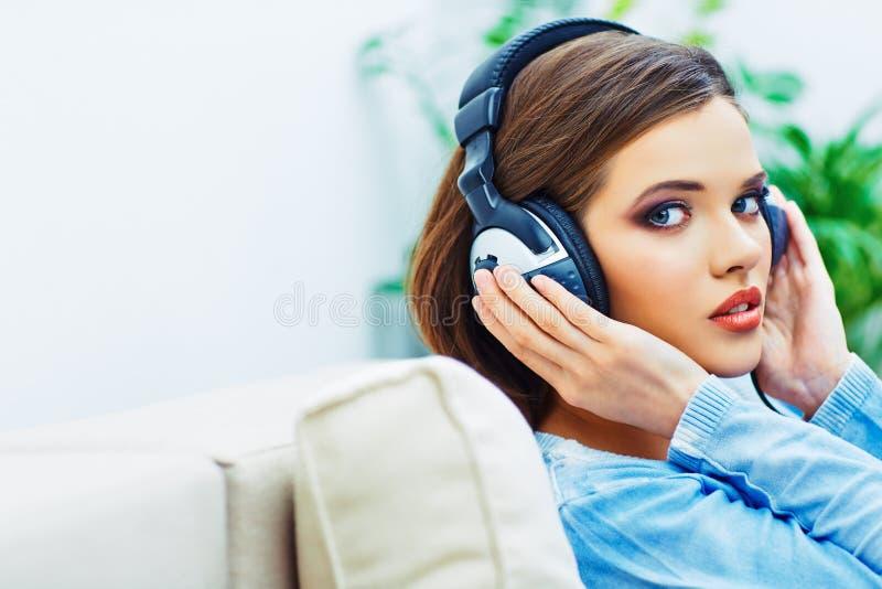 Het mooie portret van het meisjesgezicht met het luisteren muziek in hoofdtelefoons royalty-vrije stock afbeeldingen