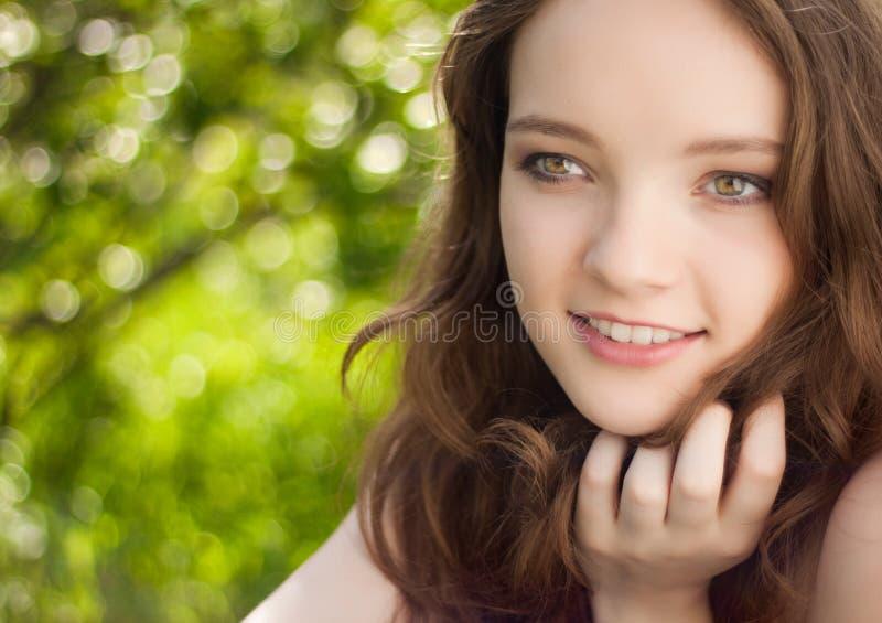 Het Mooie Portret Van Het Tienermeisje Openlucht Royalty-vrije Stock Afbeeldingen
