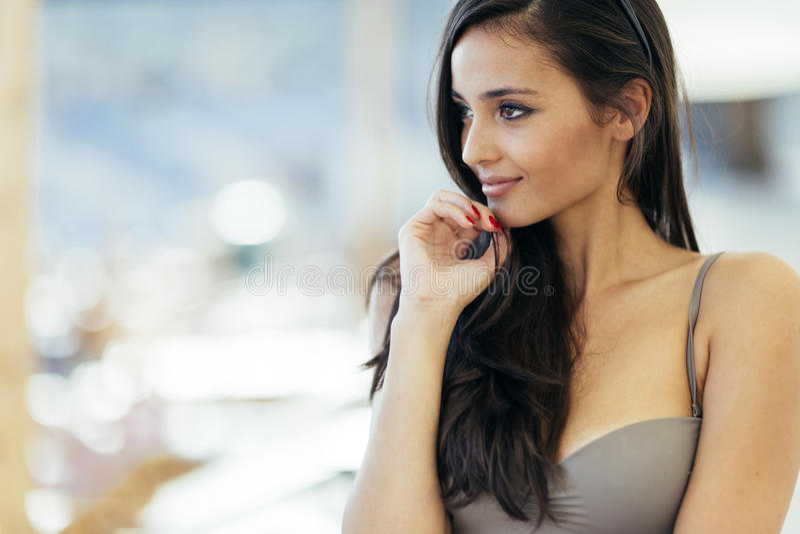 Het mooie positieve donkerbruine stellen in bikini royalty-vrije stock foto's