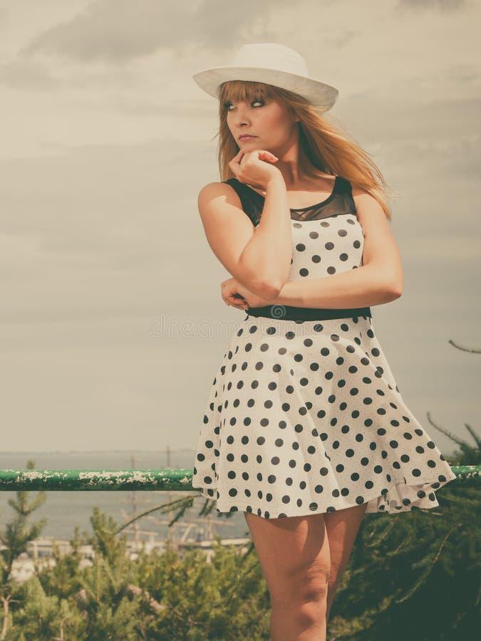 Het mooie retro stijlmeisje in polka stippelde kleding royalty-vrije stock fotografie