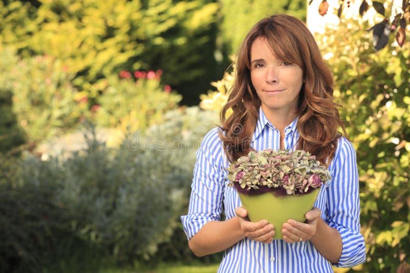 Het mooie rijpe vrouw tuinieren stock foto