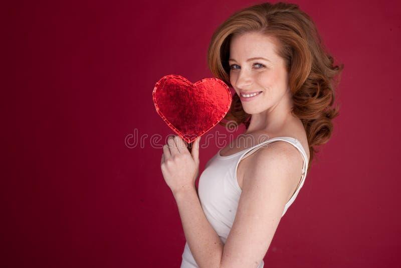 Het mooie Rode Hart van de Holding van de Vrouw stock fotografie