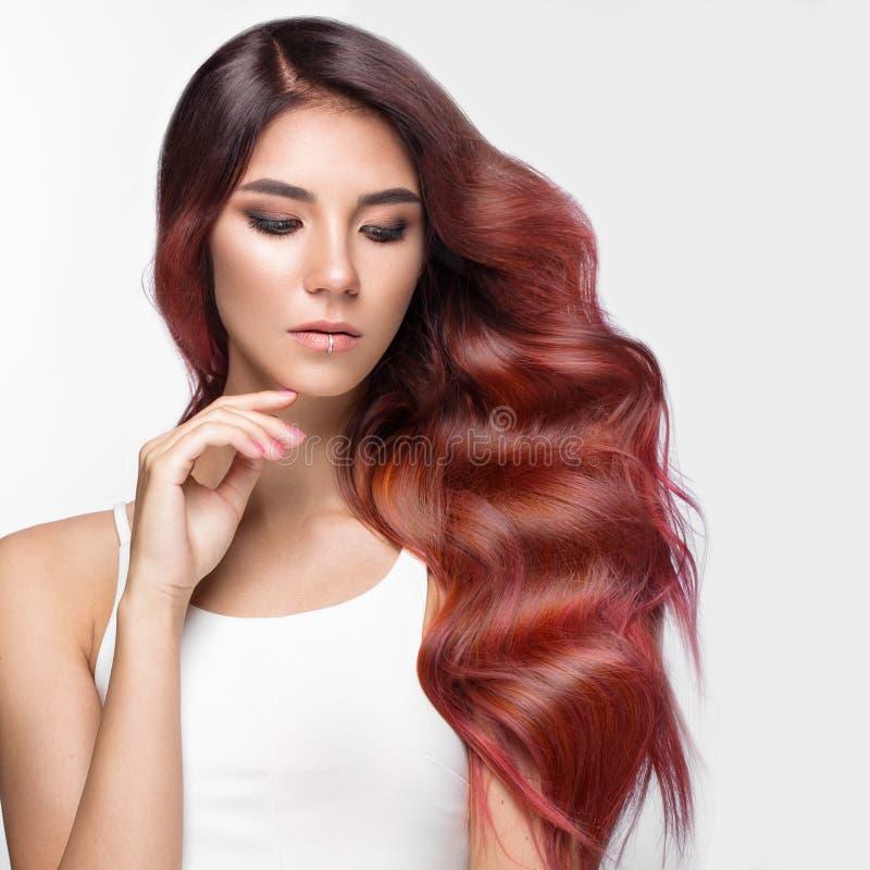 Het mooie roze-haired meisje in beweging met krult volkomen haar, en klassieke samenstelling Het Gezicht van de schoonheid stock foto's