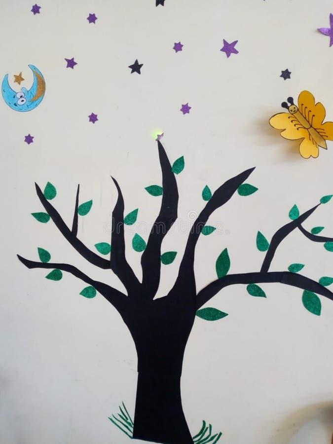 Het mooie schilderen beschrijft de schoonheid van een oude boom met glanzende sterren en maan royalty-vrije stock fotografie
