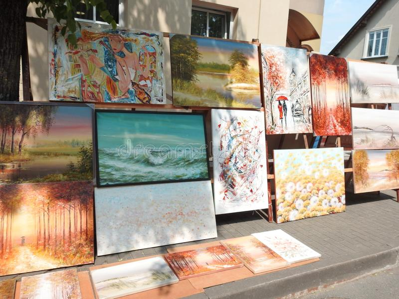 Het mooie schilderen voor verkoop in straat, Litouwen stock foto's