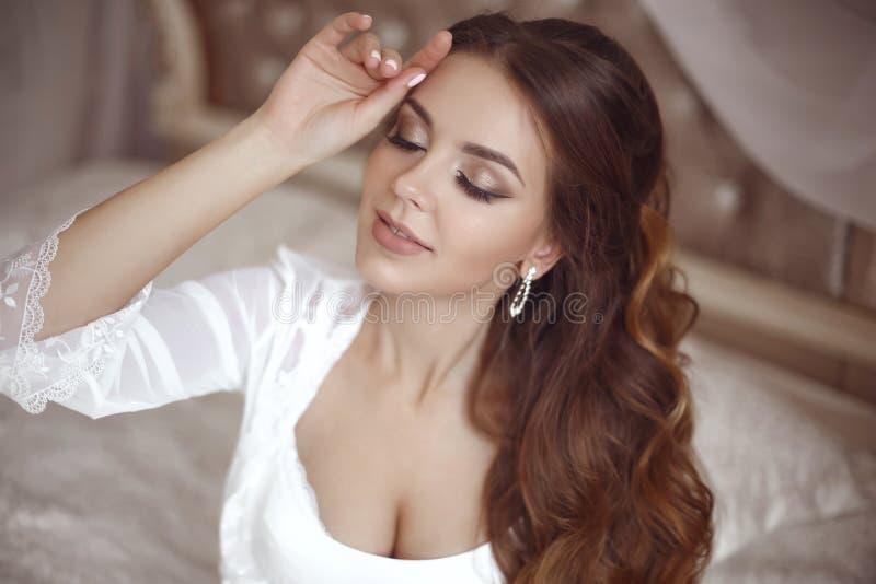Het mooie sensuele Portret van het Bruidhuwelijk Schoonheidsmake-up en eleg royalty-vrije stock afbeeldingen
