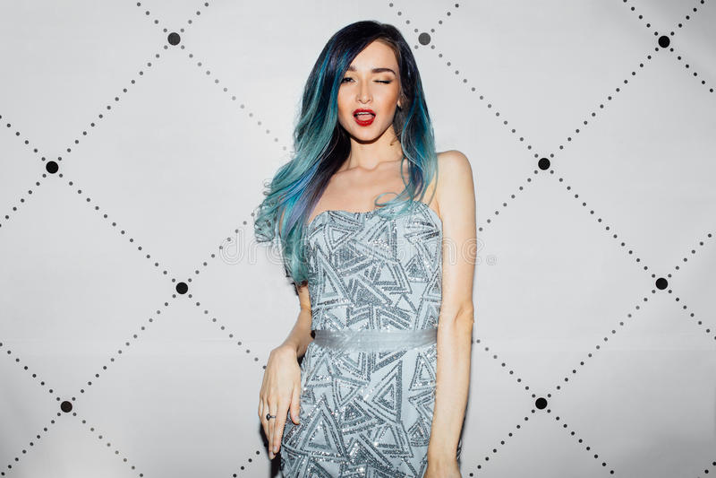 Het mooie sexy beroemdheidsmeisje stellen voor persfotografen Elegante kleding, lang haar geverft blauw royalty-vrije stock afbeeldingen