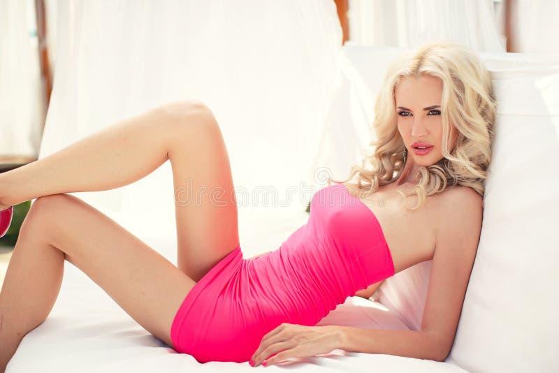 Het mooie sexy blonde legt op de laag royalty-vrije stock afbeelding