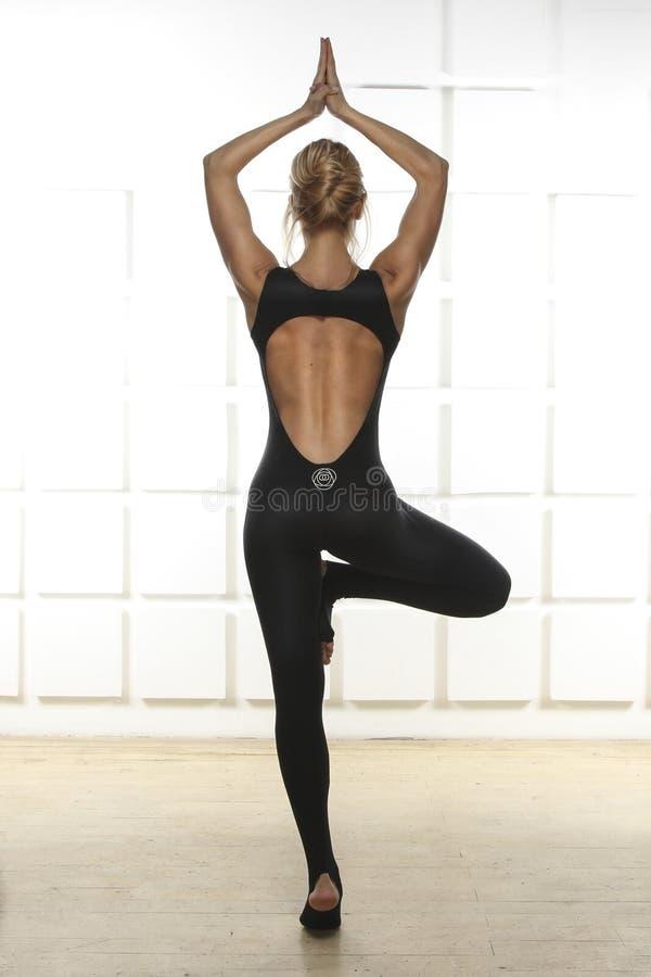 Het mooie sexy blonde met perfect atletisch slank cijfer nam in yoga in dienst, pilates, oefening of de geschiktheid, leidt gezon royalty-vrije stock foto