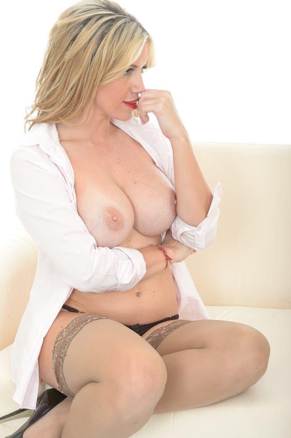 Download Het Mooie Sexy Topless Jonge Vrouw Ontspannen Op Een Bank In Een Open Overhemd Stock Foto - Afbeelding bestaande uit tegen, mooi: 54086902