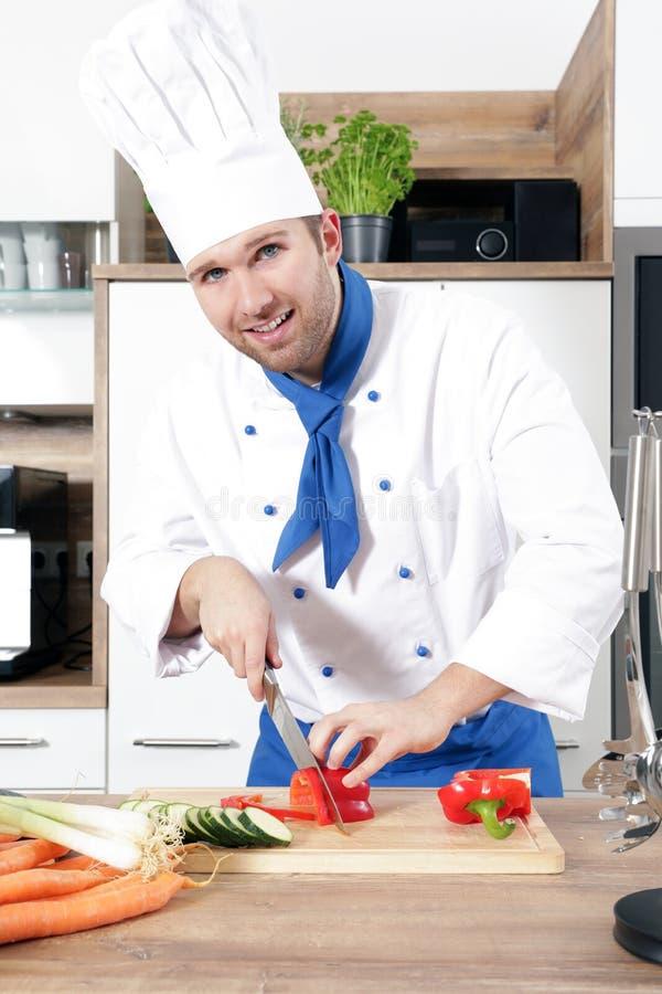 Het mooie sexy vrouwenman paar als kok kookt in een keuken royalty-vrije stock foto's