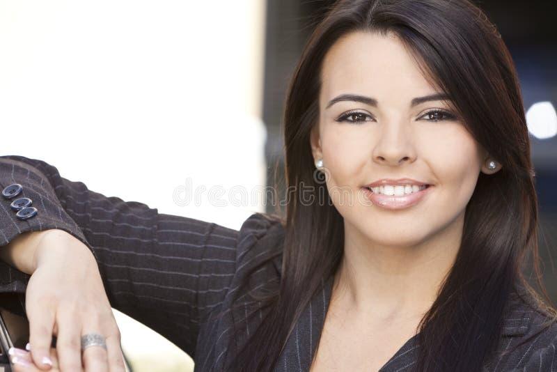 Het mooie Spaanse Glimlachen van de Vrouw of van de Onderneemster stock foto's