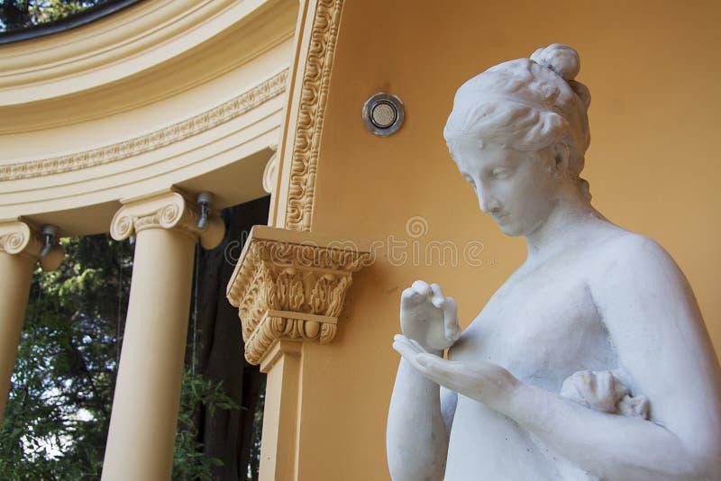 Het mooie standbeeld van de tuinvrouw stock afbeeldingen