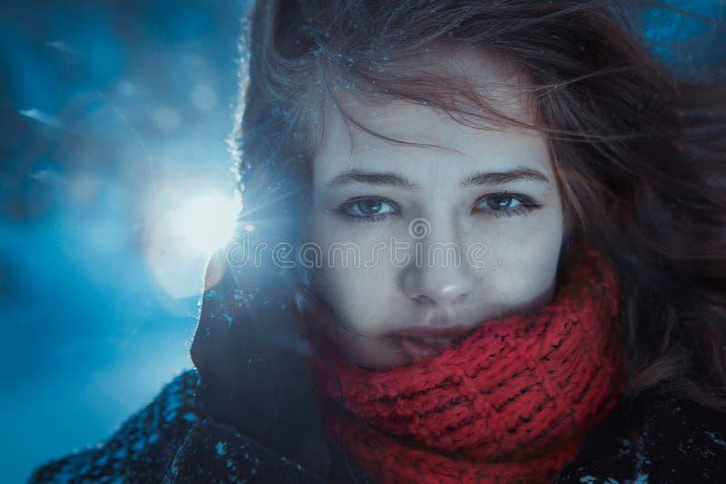 Het mooie stof van de donkerbruin meisjes blazende ster - de winterportret royalty-vrije stock afbeelding