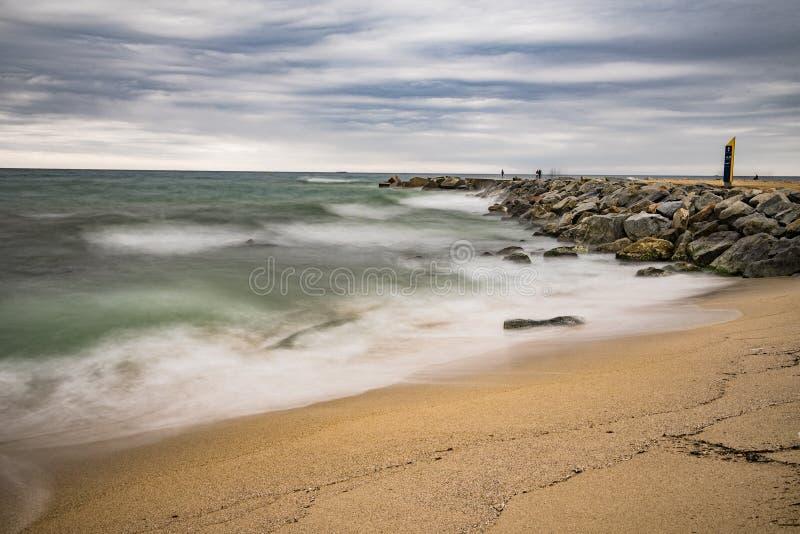Het mooie Strand van Barcelona op een bewolkt strand royalty-vrije stock afbeelding