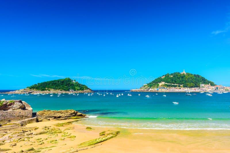 Het mooie strand van La Concha met niemand bij San Sebastian Donostia, Spanje r royalty-vrije stock afbeelding