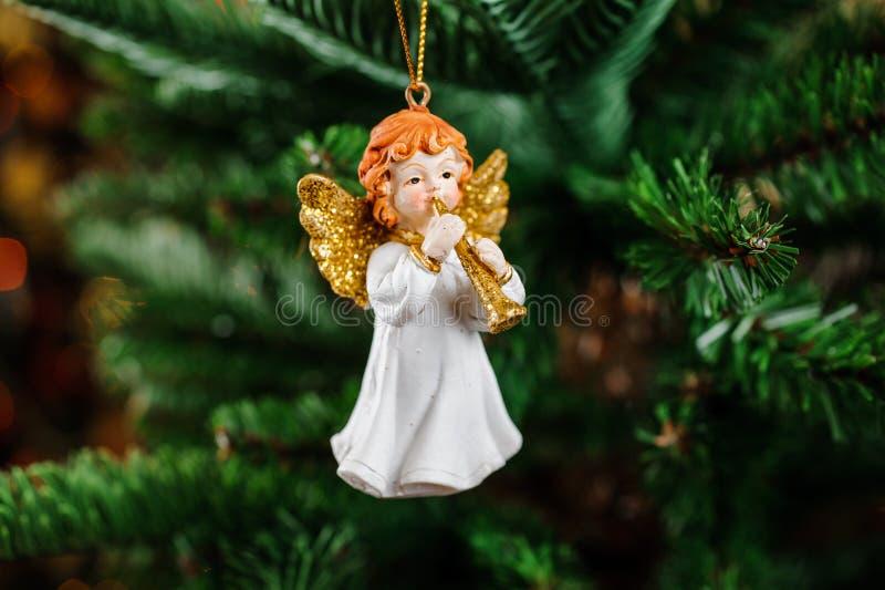 Het mooie stuk speelgoed van de Kerstboomdecoratie in de vorm van roodharigeengel stock fotografie